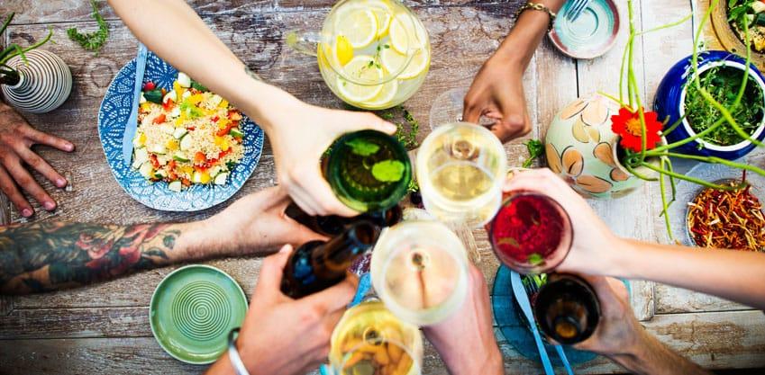 Galateo dell'aperitivo: 5 regole indispensabili per gli ospiti