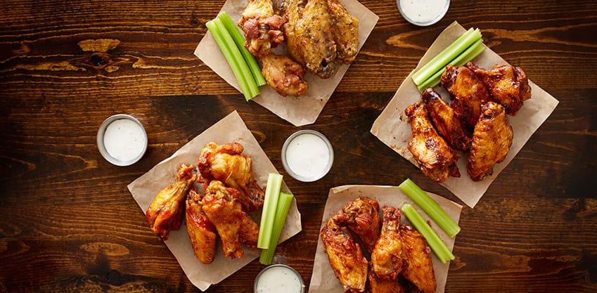 Un piatto di ali di pollo in salsa piccante