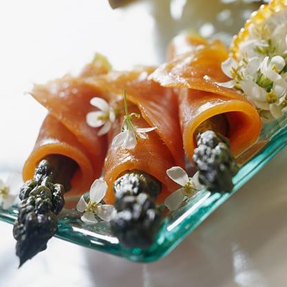Per l'aperitivo in casa appetizer asparagi e salmone