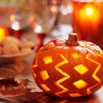 Per l'aperitivo di Halloween zucca intagliata come centrotavola