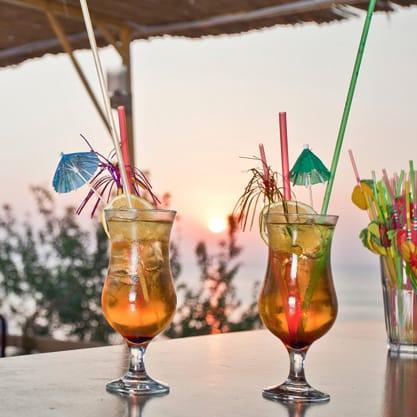 Aperitivo estivo in spiaggia, drink e coctail