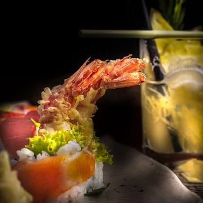 Aperitivo di sushi con cocktail con cannuccia nera