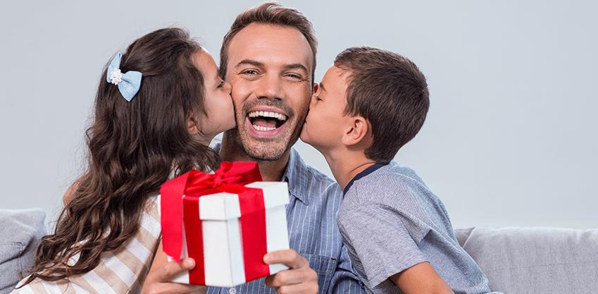 Due bambini danno un bacio al proprio papà