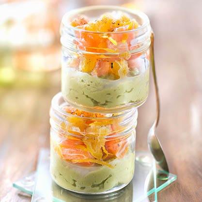 Bicchierini di crema di avocado e salmone per l'aperitivo