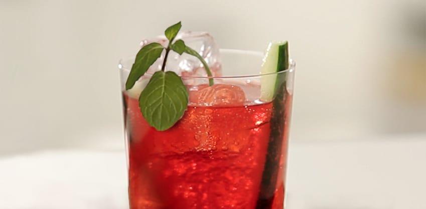 Cocktail con estratti di frutta, sedano e cetriolo
