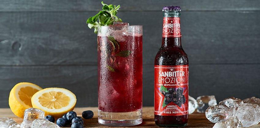 Cocktail Black Bitter con succo di limone e Sanbittèr Emozioni Ribes Nero
