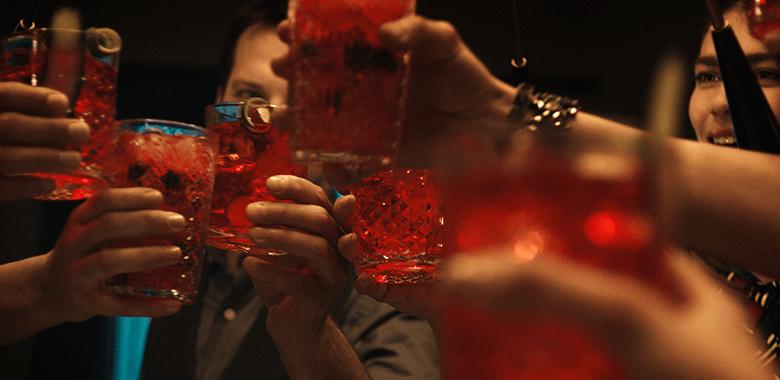 Brindisi di gruppo con cocktail Sanset