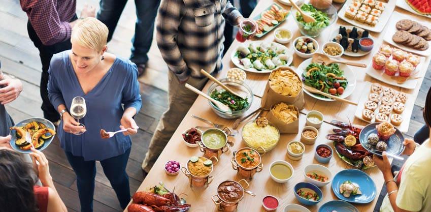 Galateo dell'aperitivo: cosa non fare davanti al buffet
