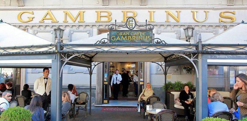 Vista dell'entrata principale del Gran Caffè Gambrinus in Piazza Trieste e Trento a Napoli