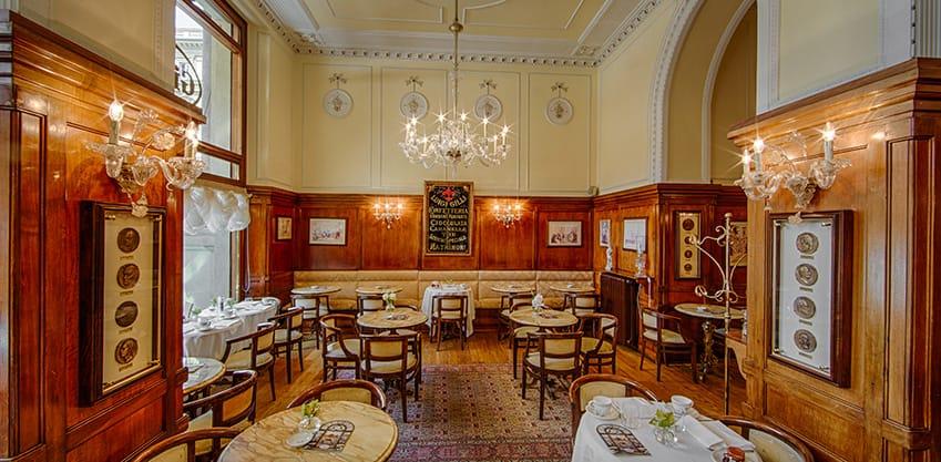 Vista interna della sala del Caffè  letterario Gilli a Firenze