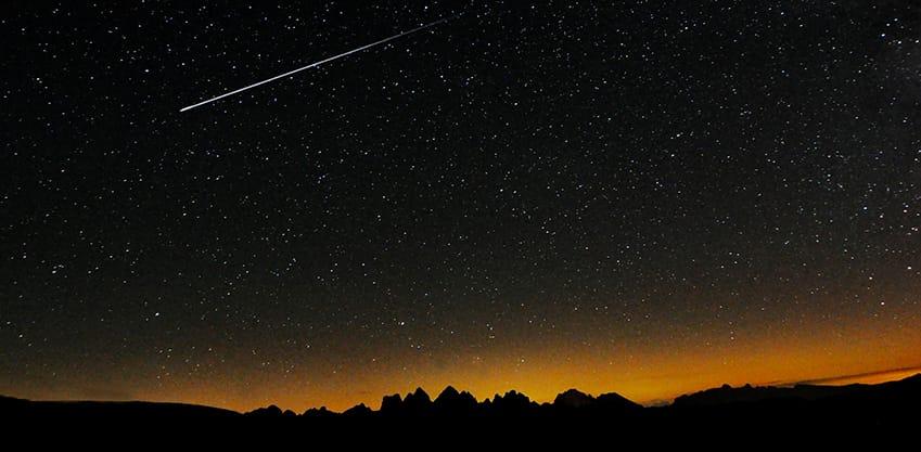 cielo stellato con una stella cadente nella notte di San Lorenzo