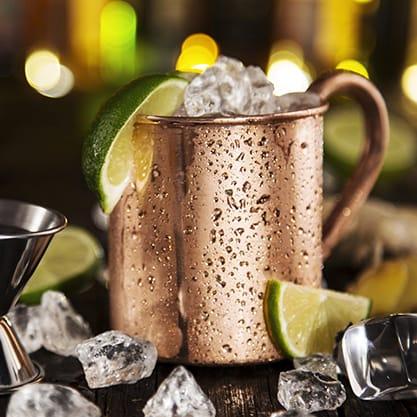 Cocktail autunnale in tazza con ghiaccio e lime