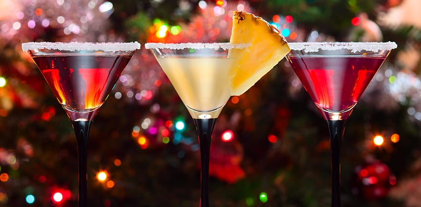 Tre cocktail natalizi davanti ad un bell'albero di natale