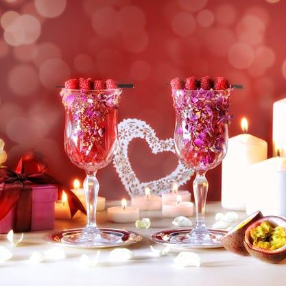 Cocktail con petali di rosellina essiccata