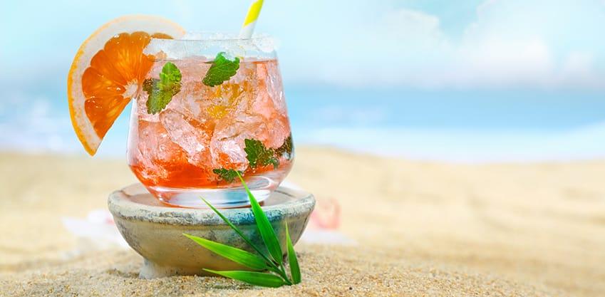 Bicchiere di cocktail al pompelmo, con menta e ghiaccio