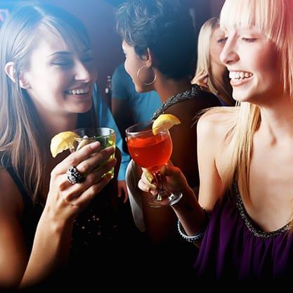 Cocktail Sanbittèr e appetizer per l'aperitivo della festa della donna a casa