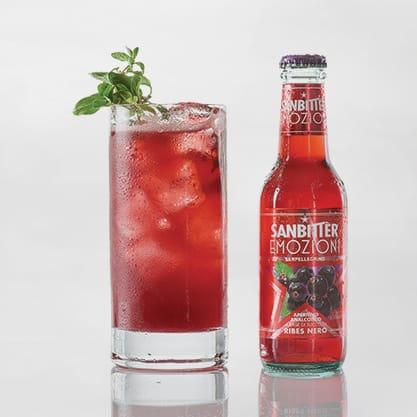 Cocktail con Sanbittèr Emozioni Ribes Nero e succo di limone e mandarino