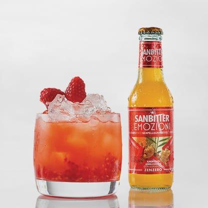 Cocktail con Sanbittèr Emozioni Zenzero e succo di lime e lamponi