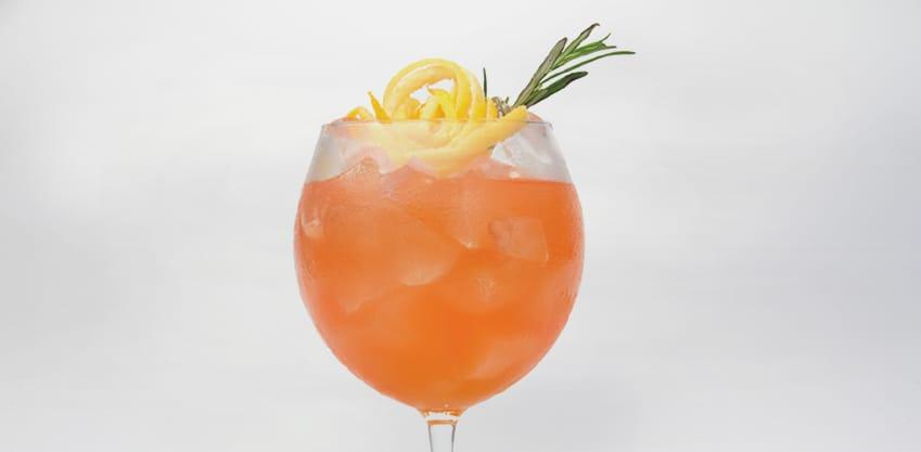 Cocktail dal sapore fumè con rosmarino e Sanbittèr Emozioni di Frutta Pompelmo