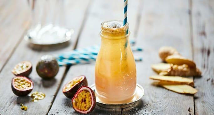 Barattolo con manico cocktail in una spiaggia tropicale