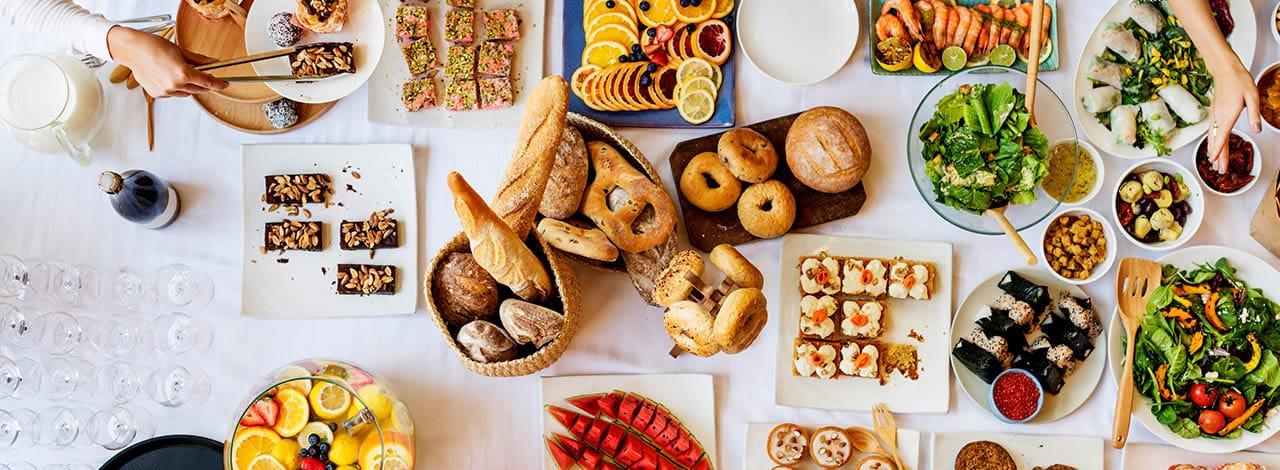 I consigli Sanbittèr per preparare un aperitivo a buffet perfetto