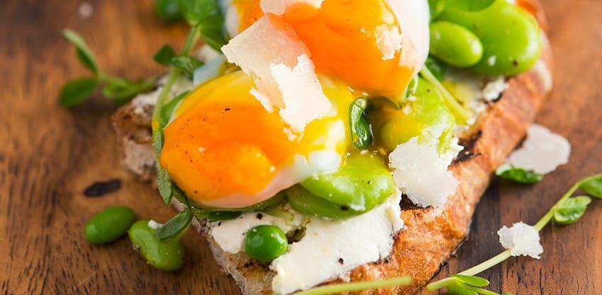 Finger Food di fave e pecorino con uovo in camicia