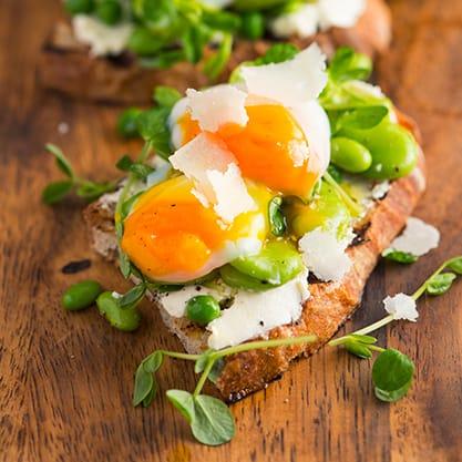 Finger food per l'aperitivo di primavera: fave, pecorino e uovo in camicia