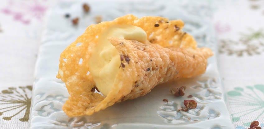 Coni di parmigiano con ricotta di bufala, pistacchi e chiodi di garofano