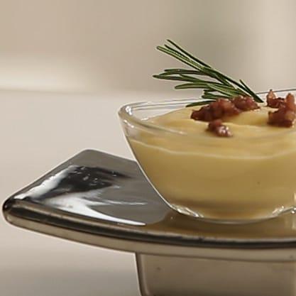 Crema e briciole di salsiccia, ricetta per aperitivi dolce e saporita