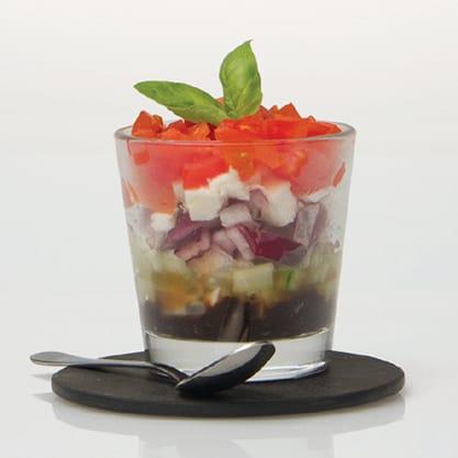 Bicchierino greco con verdure fresche e feta a cubetti