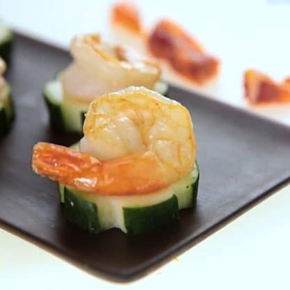 Crostini di cetriolo, ricetta sfiziosa con gamberi freschi per il tuo aperitivo