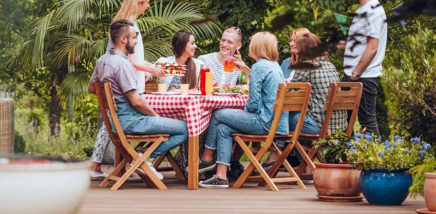 Un gruppo di amici che mangia una grigliata in giardino