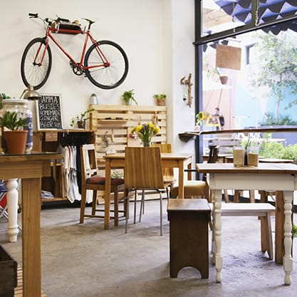 Locale bike friendly con bici appesa al muro