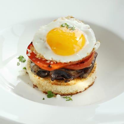 toast con funghi, uovo e pomodoro