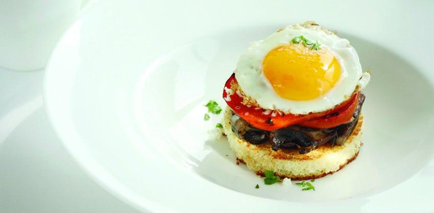 Mini toast con funghi, uovo e pomodori