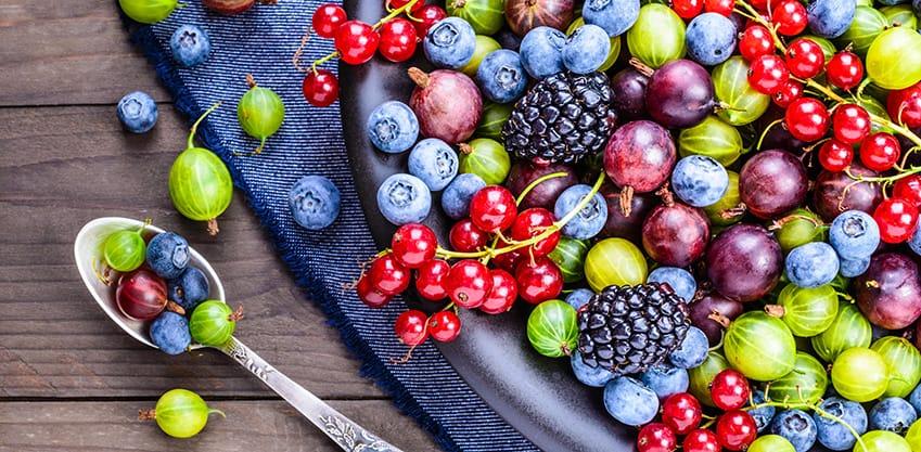 Cocktail con tutti i colori di settembre tra lamponi, more e uva