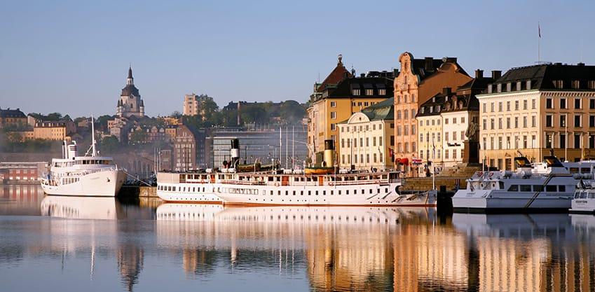 Il molo di Stoccolma con delle barche ormeggiate