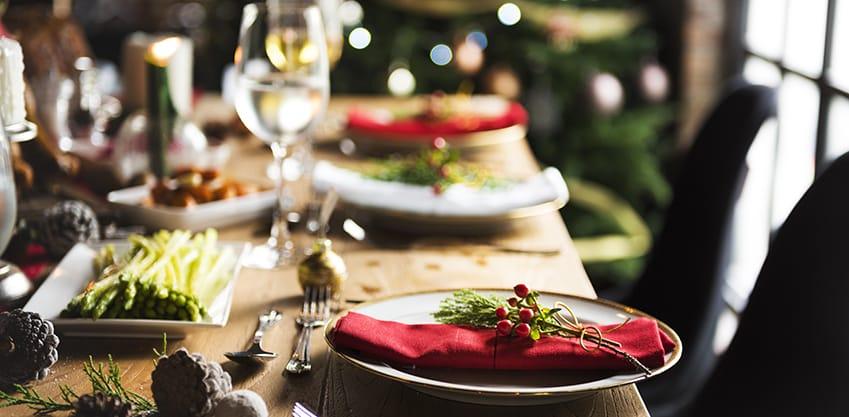Panettone salato farcito con salumi, formaggi e insalato con in cime una bandierina italiana
