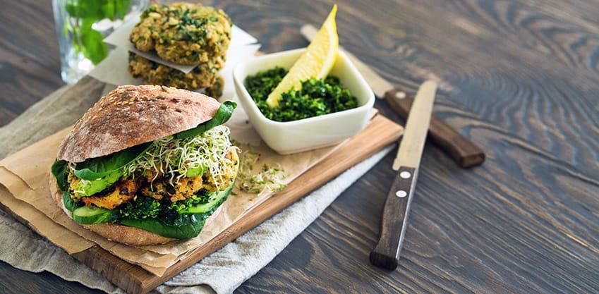 Un panino di semi integrale con verdure, soia e germogli