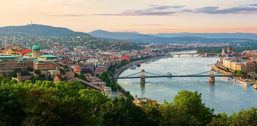 Panoramica di Budapest al tramonto estivo