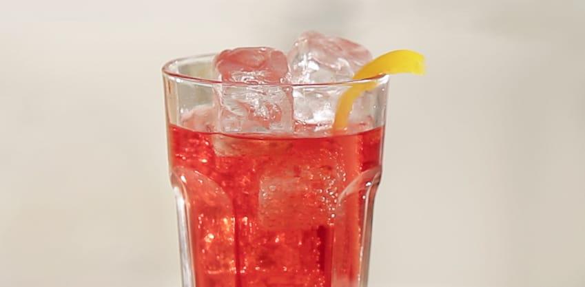 Peperosso drink con peperone giallo, Sanbittèr Rosso e Tonica Sanpellegrino