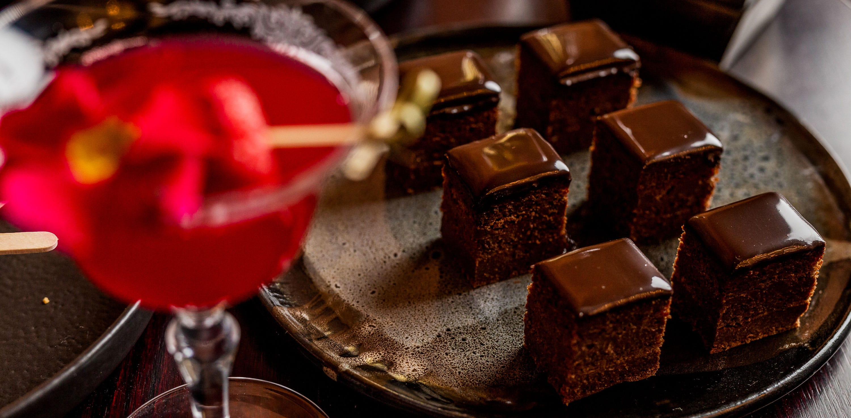 Praline al cioccolato e cocktail Sanbitter a Pasqua