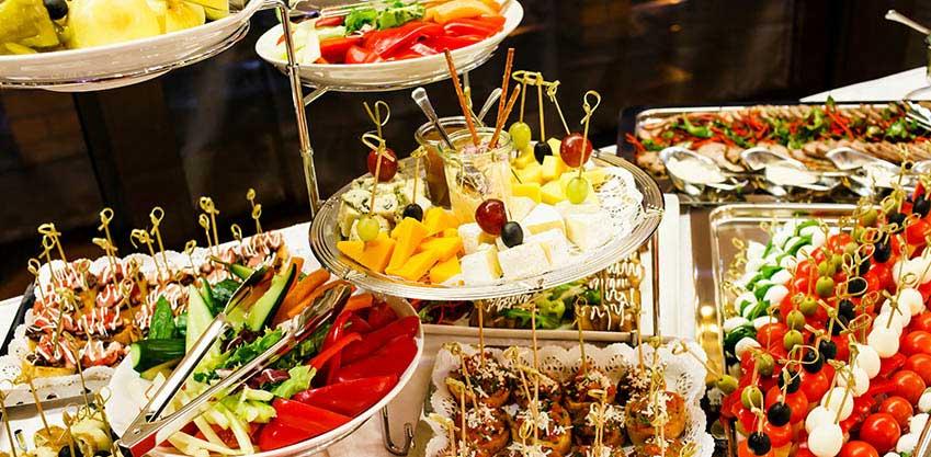 Galateo dell'aperitivo: come preparare il buffet