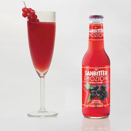 Cocktail Fusion Berry a base di Sanbittèr Emozioni di Frutta Ribes Nero con sciroppo di tè verde