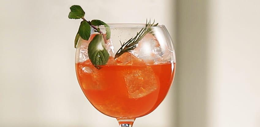 Rosemary Love con menta, rosmarino e Sanbittèr Emozioni di Frutta Passion Fruit