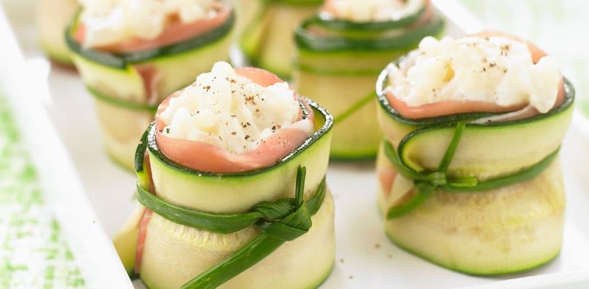 Rotolini di zucchine e salmone il finger food appetitoso