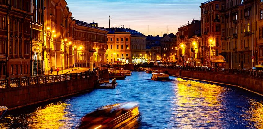 Canale di San Pietroburgo con battelli di notte