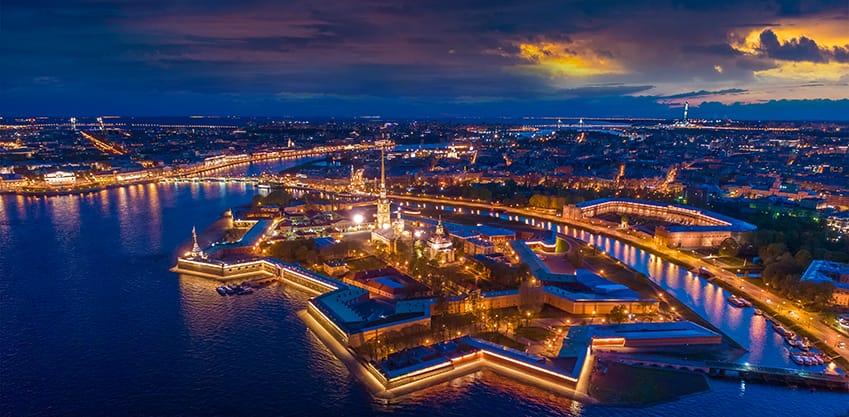 vista dall'alto della fortezza di Pietro e Paolo a San Pietroburgo di notte