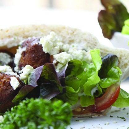 Aperitivo Arabo, analcolico, accompagnato da falafel, verdure fresche e hummus