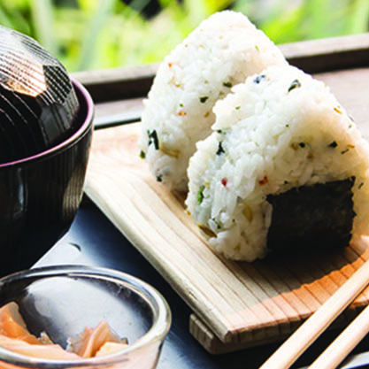 Aperitivo giapponese accompagnato da sushi, sashimi, dango o edamame